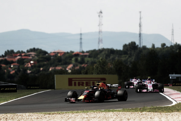 Daniel Ricciardo por delante de los dos Force India durante el GP de Hungría | Getty Images