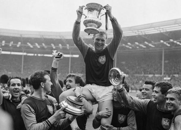 Bobby Moore celebrando la FA Cup. | Foto: BBC