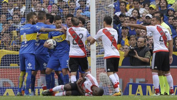 Momento de tumulto, con Balanta tumbado por Pérez (Foto: Web).