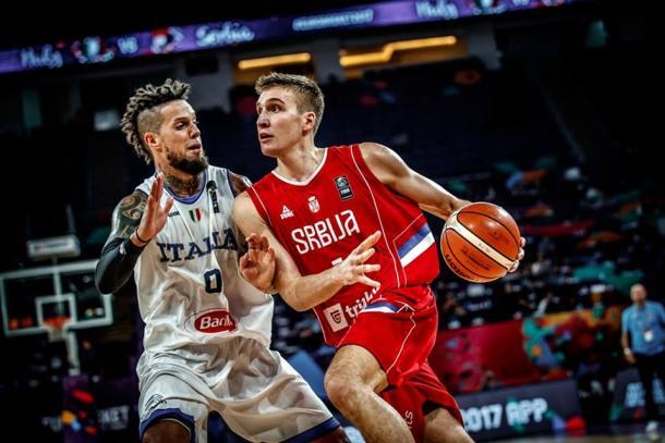 Bogdanovic in palleggio contro Hackett - Foto FIBA