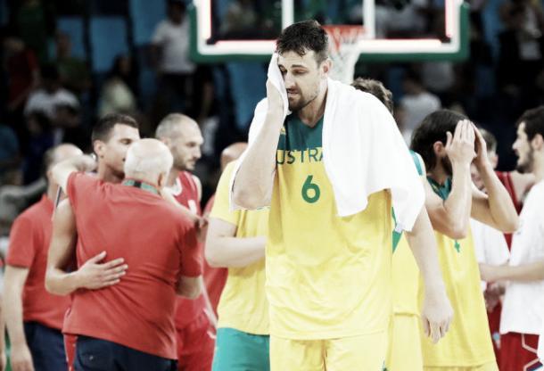 Andrew Bogut lamentando la derrota de su selección en semifinales de los juego olímpicos ante Serbia