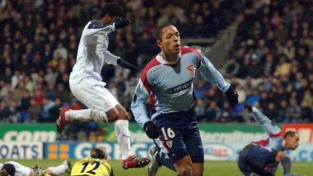 Adriano celebra el gol del empate ante el Bolton | goal.com