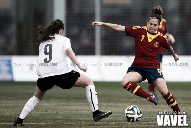 Vero Boquete tratando de llevarse el balón ante una rival | Fotografía: José María Colomo