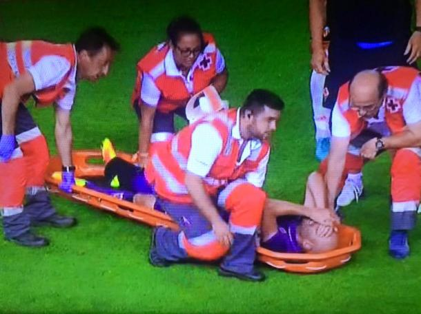The midfielder lies in agony on the stretcher | Photo: violanews.com