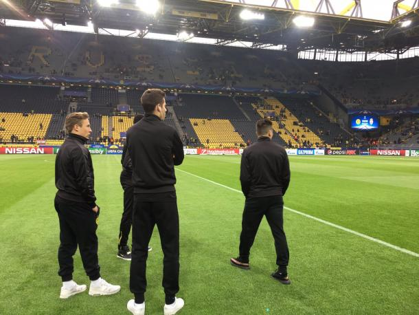 La ricognizione dei giocatori del Borussia Dortmund sul manto erboso - Foto BVB Twitter