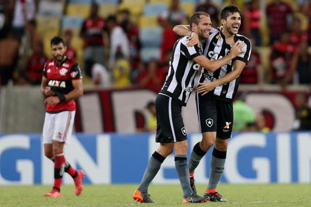 Carli e Rabello comemoram classificação em cima do Flamengo para finais do Carioca. Foto: Reprodução/@botafogo