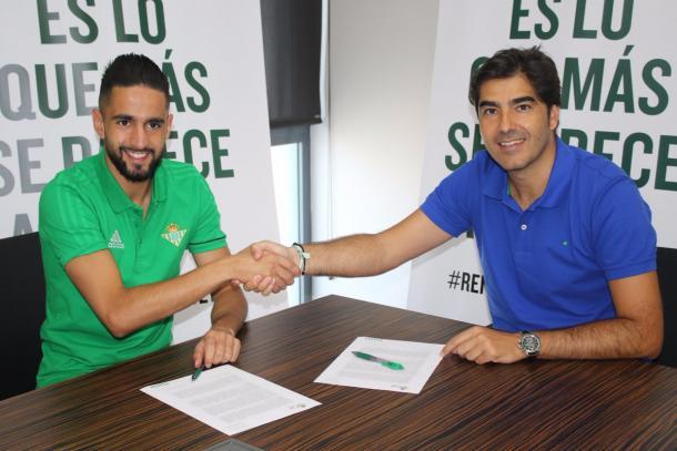 Boudebouz assinando seu contrato | Foto: Divulgação/Real Bétis