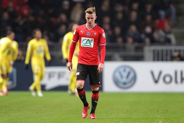 Benjamin Bourigeaud camina cabizbajo tras la goleada / Foto: Stade Rennais