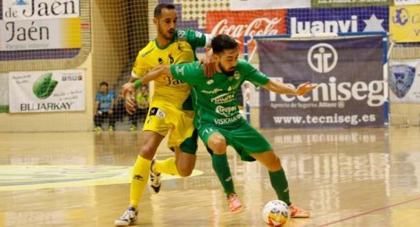 Martel aguanta la pelota ante el acoso de Boyis   Foto: LNFS