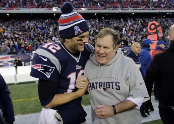 Parceria de sucesso entre Tom Brady e Bill Belichick rendeu quatro Super Bowls aos Patriots | Foto: Charles Krupa/AP