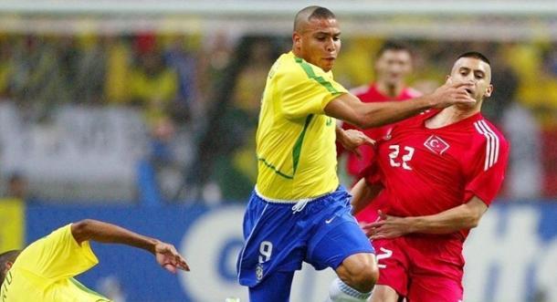 Ronaldo Nazário pugna por un balón con un jugador turco | Imagen: FIFA