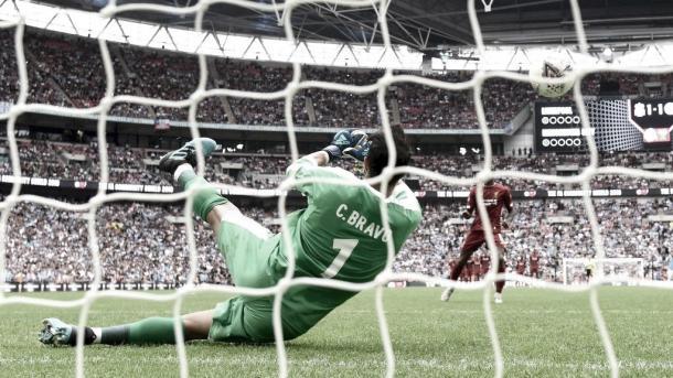 Bravo detiene el penalti de Wijnaldum./ Foto: Manchester City
