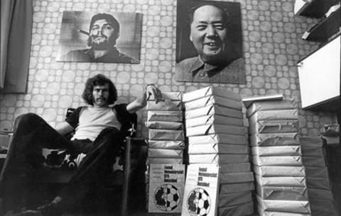 Paul Breitner con revistas de fútbol y cuadros del Ché Guevara (izquierda) y Mao Tse Tung (derecha)