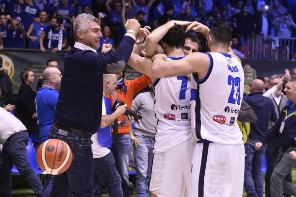 Tutti ad abbracciare Luca Vitali: per Brescia la semifinale è storica. | Fonte immagine: Ufficio Stampa Final Eight