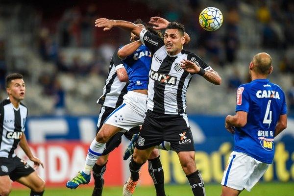 O jogo no Mineirão é brigado. O time de Santa Catarina vai vencendo por 1x0. (Foto: @Mineirão)