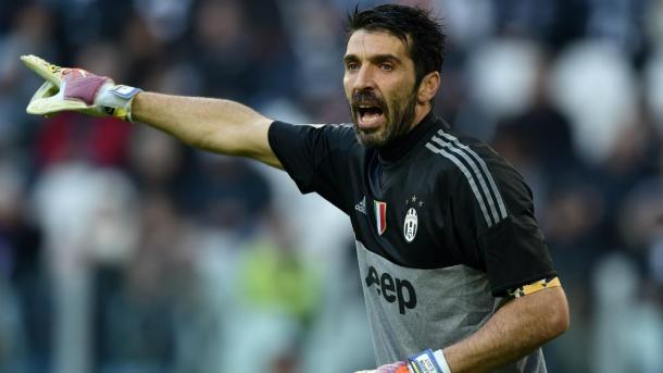 Gianluigi Buffon directs his team | Photo: fourfourtwo.com