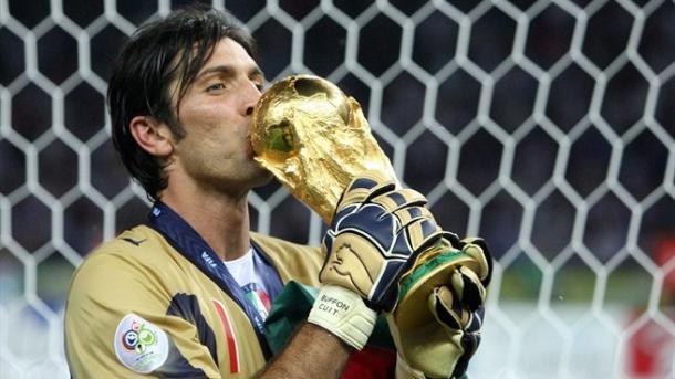 El portero alcanzó la gloria en 2006. Aquí besa la Copa del Mundo. // Foto: Getty Images