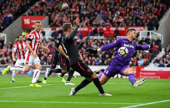 Destaque do jogo, Butland salvou o Stoke nessa e com muitas outras defesas importantes (Foto: Alex Livessey / Getty Images)
