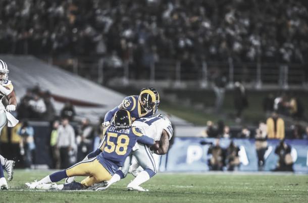 Elliott vai ao chão contra a defesa dos Rams. Foto: Reprodução/LA Rams