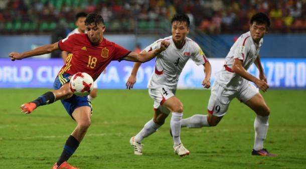 César Gelabert empala el balón ante la mirada de la defensa coreana I Foto: FIFA