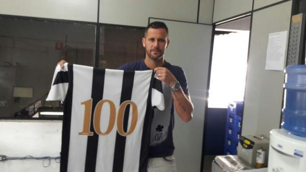 Melinho também recebeu uma camisa de presente (Foto: Eliseu Amadio)