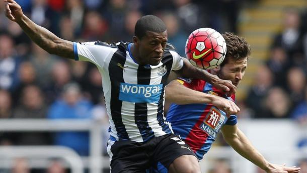 Palace's Yohan Cabaye (right) challenges for the ball with Newcastle's Wijnaldum