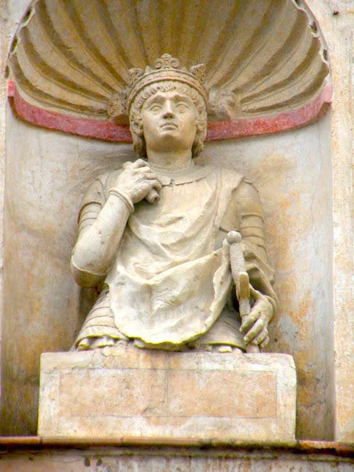 Busto con la cabeza del rey Pedro I en las calles de Sevilla.       Fuente: Conocemiciudad.com