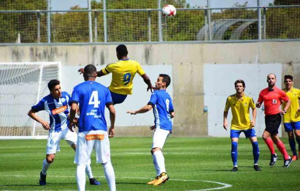 Jugadores del Alavés B pelean con Seth por un balón. / Foto: Cádiz CF