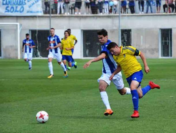 Víctor pelea con Vallejo por un balón. / Foto: Cádiz CF