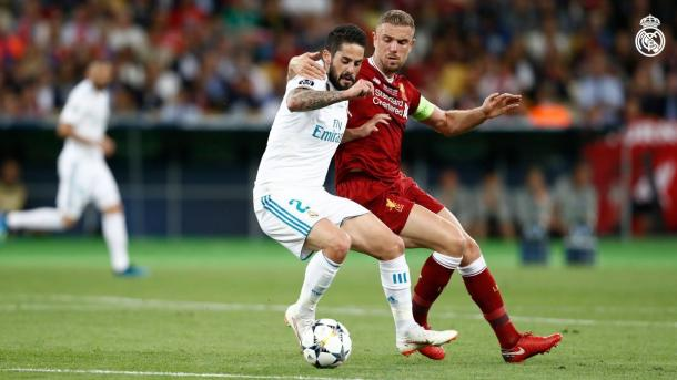 Isco disputa un balón frente a Henderson. Fuente: Real Madrid CF.