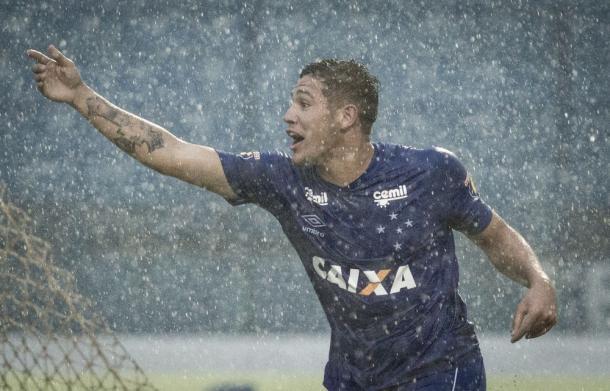 Caio atacante cruzeirense comemora um dos gols marcados contra o Babaçu — Foto: Gustavo Aleixo / Cruzeiro