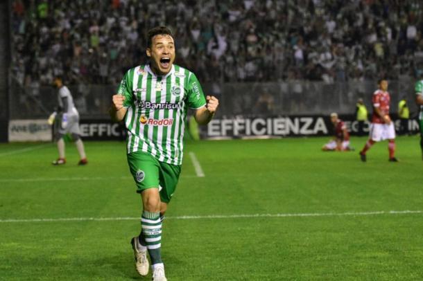 Renato Cajá comemorando hat-trick contra o Imperatriz (Foto: Reprodução/CBF)