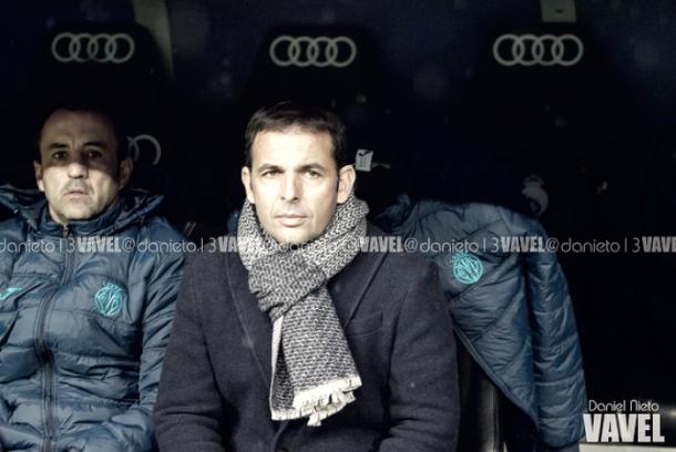 Javi Calleja, en el banquillo del Santiago Bernabéu. | Foto: Dani Nieto (VAVEL)