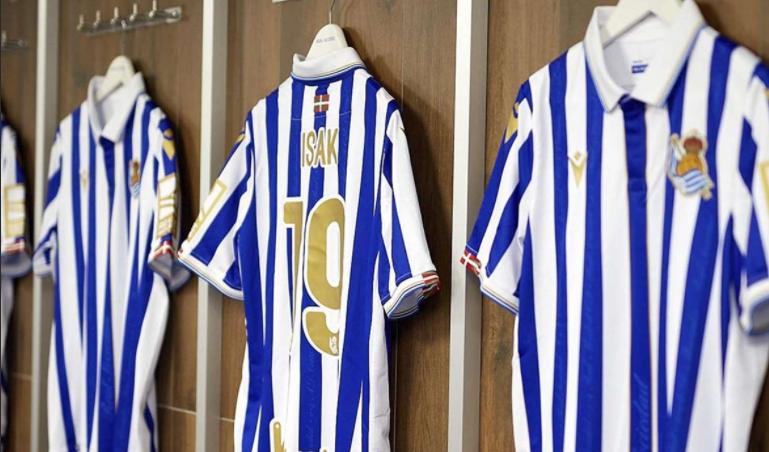 Las nuevas camisetas de los donostiarras para la final de copa // Foto: Real Sociedad