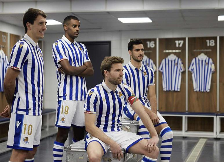 Los jugadores posan con la nueva equipación // Foto: Real Sociedad