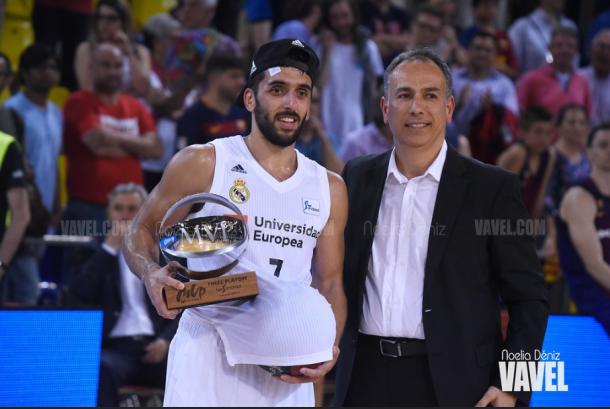 Facundo Campazzo sostiene el trofeo de MVP de la final de la LIga Endesa 2019 | Foto: Noelia Déniz