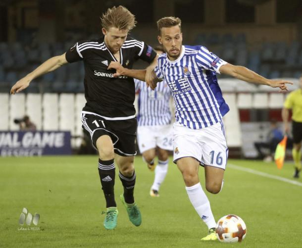 Canales pugna el balón con un jugador del Rosenborg en el encuentro de ida | Foto: La Liga