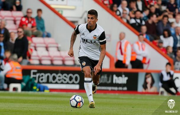 Cancelo conduce el balón frente al Bournemouth | Fuente: valenciacf.com