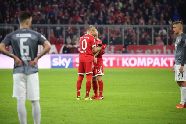 Robben passa a faixa de capitão a Rafinha (Foto: Divulgação/Bayern de Munique)
