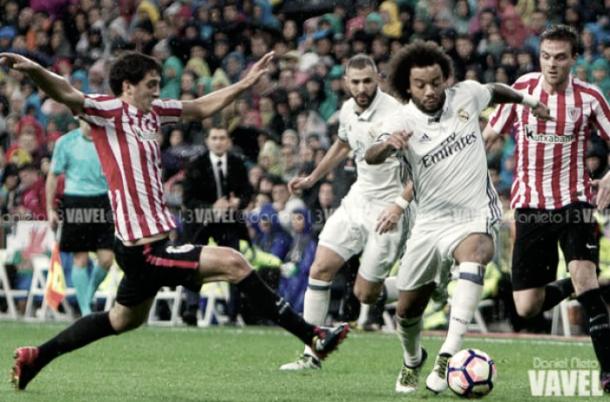 Marcelo, rodeado de jugadores rivales, conduciendo el esférico   Foto: VAVEL