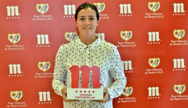 Natalia con el Trofeo 5 Estrellas de Mahou. Fotografía: Rayo Vallecano S.A.D