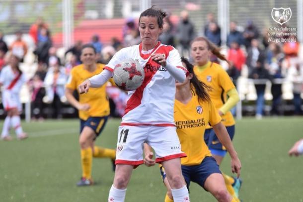 Natalia controlando un balón durante un partido. Fotografía: Rayo Vallecano S.A.D
