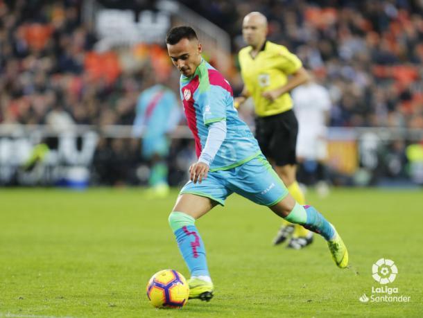 Álvaro lanzando el balón el domingo pasado. Fotografía: La Liga