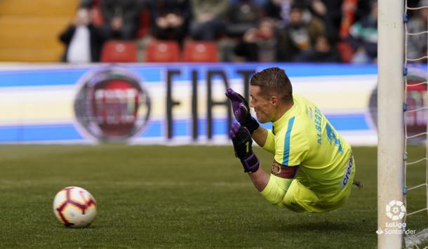 Alberto parando el penalti. Fotografía: La Liga