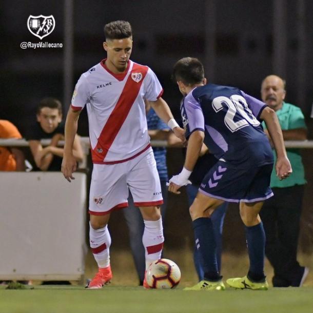 Álex Moreno con el balón delante de un adversario. Fotografía: Rayo Vallecano S.A.D