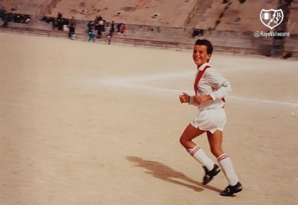 Amaya cuando era pequeño con la franjirroja en un partido. Fotografía: Rayo Vallecano S.A.D