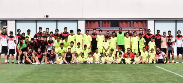 Niños y niñas del campus de Verano Fundación Rayo Vallecano con los jugadores del primer equipo. Fotografía: Rayo Vallecano S.A.D