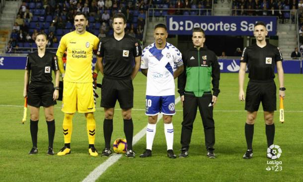 Los capitanes de Tenerife y Rayo Majadahonda antes del partido   Fotografía: La Liga