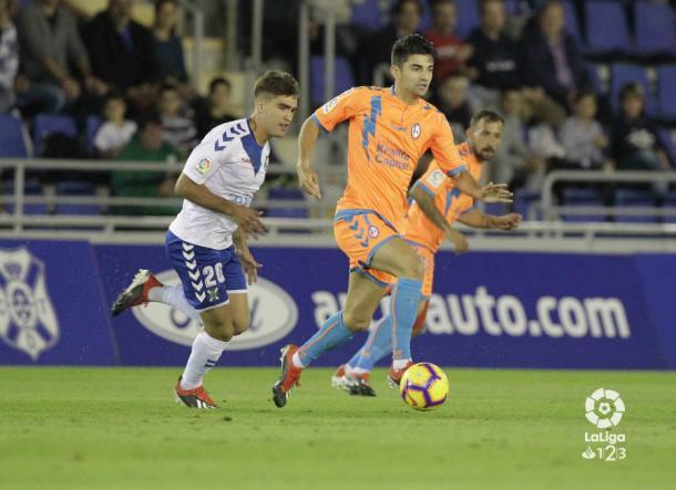 Dos jugadores tratando de llevarse el esférico   Fotografía: La Liga