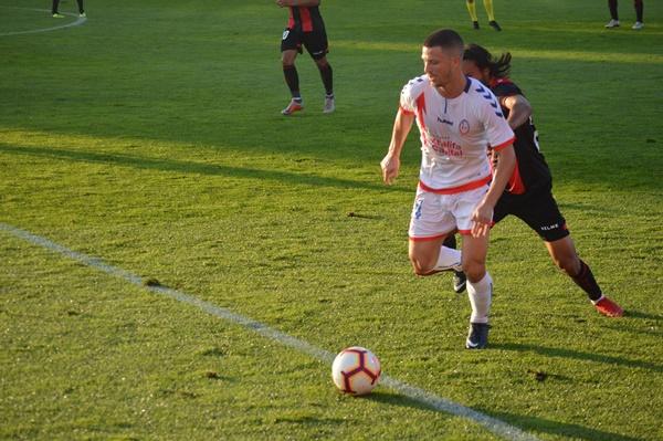 Ernesto con el balón ante un rival del Reus. Fotografía: Laura Beltrán (Vavel)